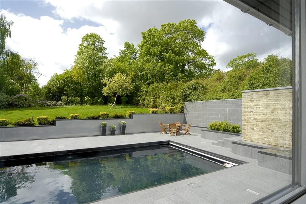 Udendørs pool med have